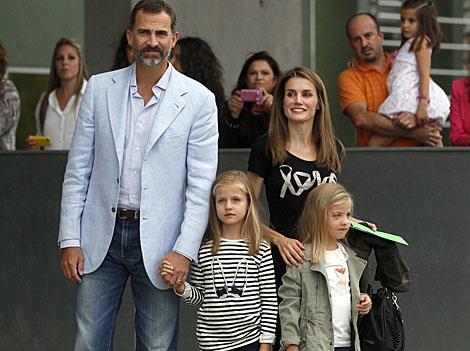 Los Príncipes llevan a sus hijas a visitar al Rey con unos dibujos. | Javier Barbancho