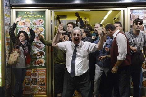 La fotografía del camarero del Bar Prado (Madrid) que se volvió viral en las protestas de 'Rodea al Congreso'.