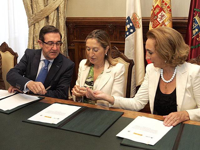 La ministra de Fomento , el alcalde de Santiago y la gerente de Patrimonio de Adif, durante la firma del acuerdo. | Xoan Rey / Efe