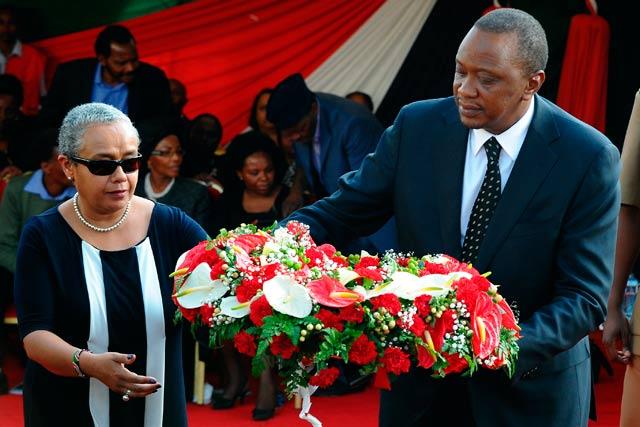 El presidente de Kenia, Uhuru Kenyatta, y su esposa en el funeral de su sobrino, muerto en el atentado. | Afp