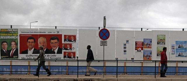 Carteles electorales en una calle de Sintra. | Reuters