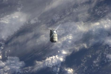 Una vista del cargero Cygnus acercándose a la ISS.   NASA