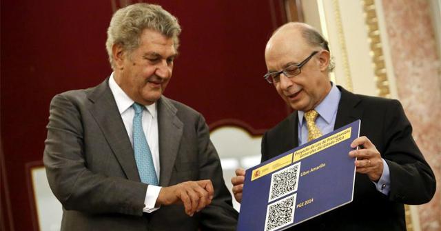 El ministro de Hacienda Cristóbal Montoro (izq.) entrega los Presupuestos al presidente del Congreso. | Alberto di Lolli