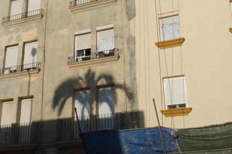 Edificio en rehabilitación en el casco antiguo de Cádiz.   J. F. L.