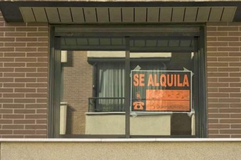Imagen de archivo de un cartel de 'Se alquila' en la ventana de un piso. | R. Cárdenas
