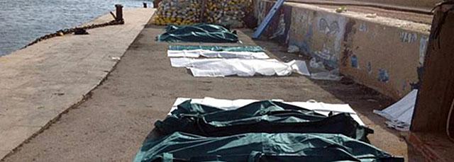 Cadáveres cubiertos pertenecientes a la barca naufragada en Lampedusa. | Efe