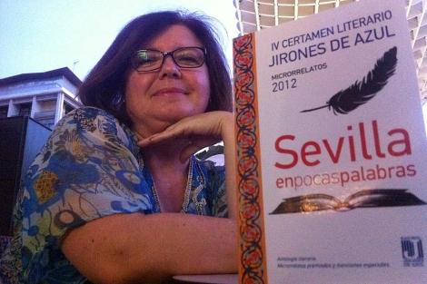 La editora Rosa García Perea con el libro del certamen literario 'Sevilla en pocas palabras'.