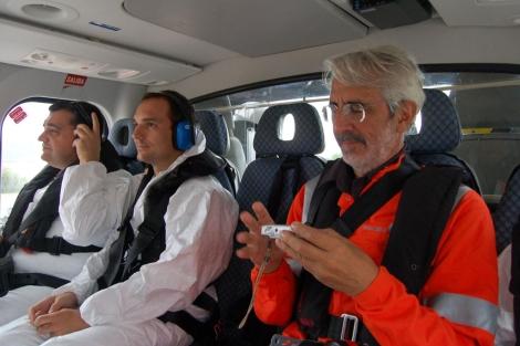 Periodistas y el presidente de Escal UGS en helicóptero de camino a la plataforma.   E. F.