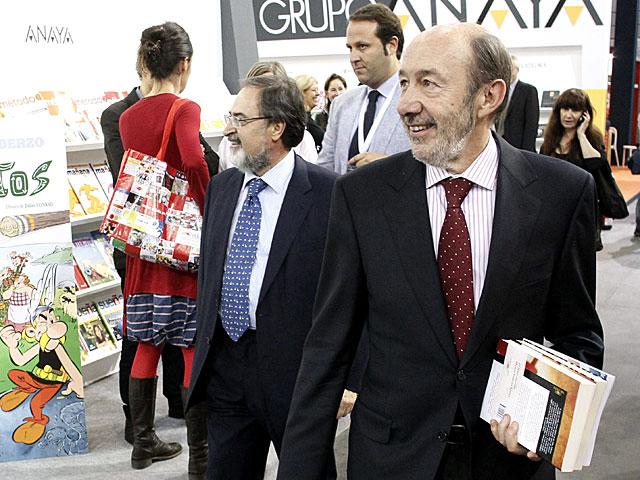 Alfredo Pérez Rubalcaba en su visita de la feria del libro LIBER 2013 en Madrid. | Paco Campos