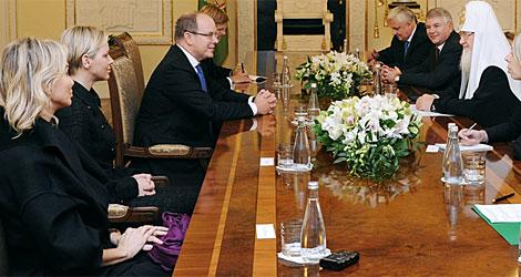 Corinna, Charlene y Alberto II, durante la reunión con el patriarca.