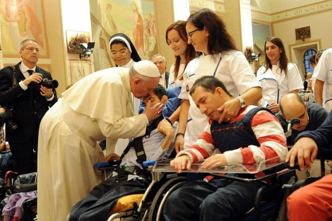 El Papa Francisco bendice a unos jóvenes en Asís. | Efe