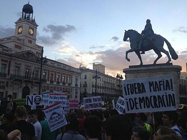 Manifestantes en la Puerta de Sol de Madrid. | @anon_132