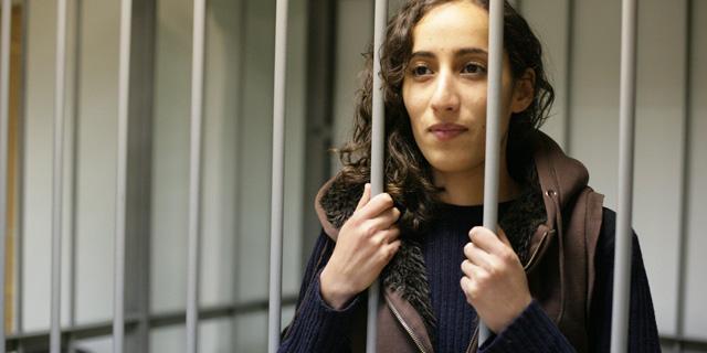 Faiza Oulahsen, la activista de Greenpeace, entre rejas.   Greenpeace