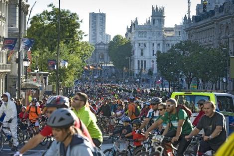 Los ciclistas por la calle de Alcalá. | Last Lap-Carrascosa.