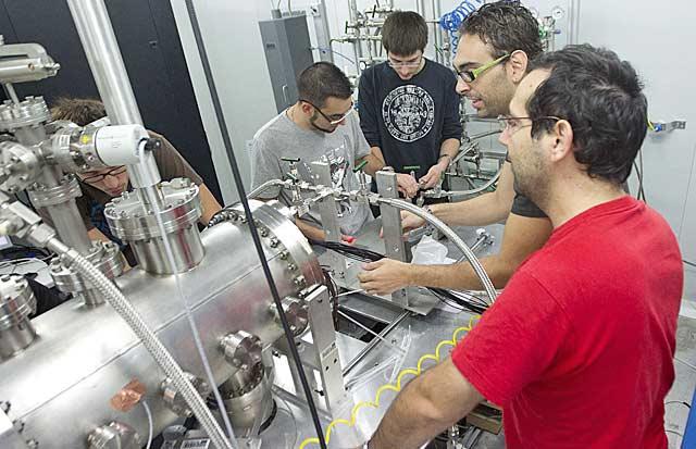 Equipo que trabaja en el experimento de neutrinos, con Gómez Cadenas a la izquierda | B. Pajares