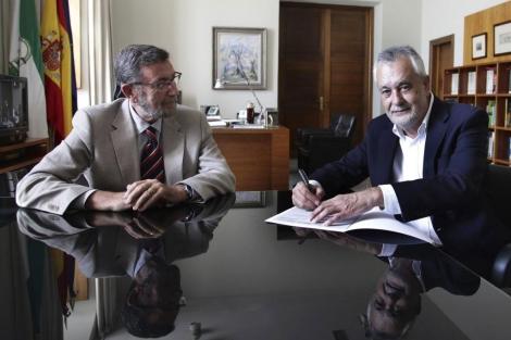 Girñán firma su renuncia frente al presidente del Parlamento andaluz.   Efe