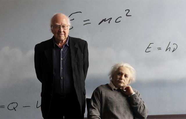 Peter Higgs, junto a una figura de Albert Einstein en el museo CosmoCaixa de Barcelona. | Antonio Moreno
