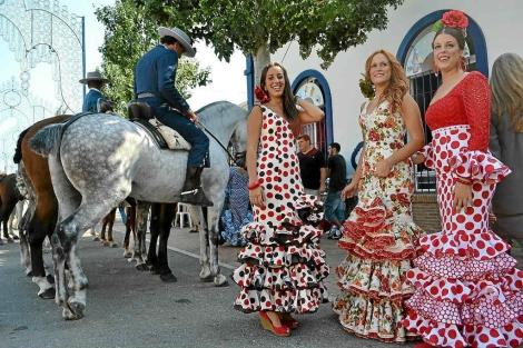 Tres jóvenes asisten a la Feria del Rosario en Fuengirola (Málaga), en 2011. | M. Burgos