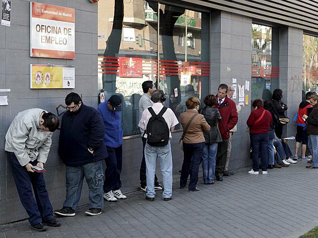 Decenas de personas hacen cola en una oficina de empleo. | Antonio Heredia