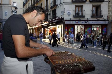 Un músico tocando en la calle Postas de Madrid, junto a la Plaza Mayor.   Sergio Enríquez