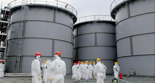 Trabajadores en la central de Fukushima. | Reuters