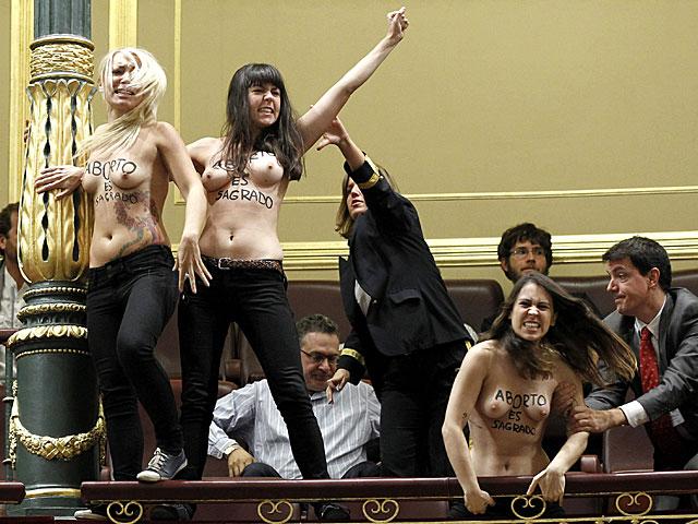 Las activistas protestando en la tribuna del Congreso. | Foto: Efe / Chema Moya.