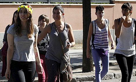 La activista Lara Alcázar, con corona de flores, tras salir de comisaría. | J. Barbancho