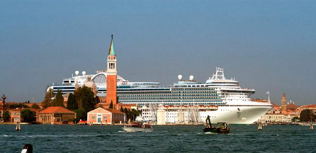 Un gran crucero surca el Canal de Giudecca. | WFM