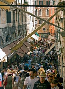 Decenas de turistas por las calles de Venecia. | WMF