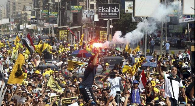 Decenas de simpatizantes del depuesto presidente Mursi participan en una protesta en El Cairo. | Efe