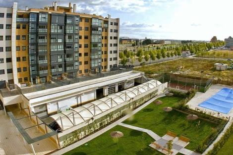 Urbanización en Madrid con piscina, zona deportiva y otras áreas de ocio. | EM