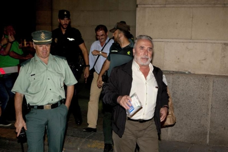 Carmona y Mera salen del juzgado. | Conchitina