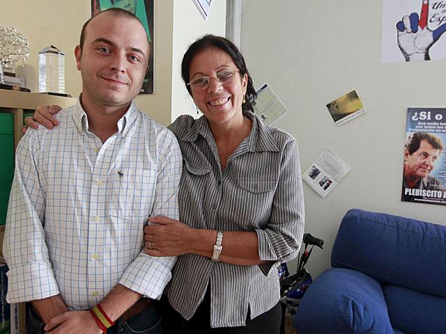 La viuda de Oswaldo Payá, Ofelia Acevedo, con Ángel Carromero. | José Aymá