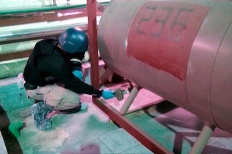Un inspector de la OPAQ recoge pruebas en Damasco. | Efe