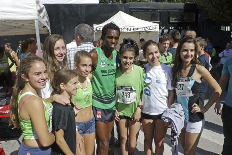 Mauri Surel posa con algunas corredoras tras su triunfo.   M. Cuevas