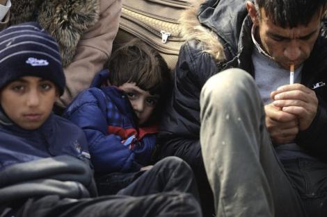 Un grupo de refugiados sirios permanece en la frontera entre Turquía y Bulgaria. | Efe