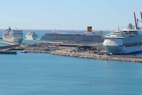 Varios cruceros en el atraque sur del Puerto de Málaga. | ELMUNDO.es