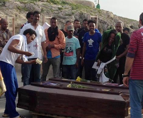 Féretros de las víctimas del último naufragio en Lampedusa. | Efe