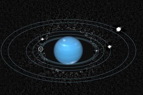 La luna Náyade señalada con un círculo blanco. | NASA/ESA/SETI/M