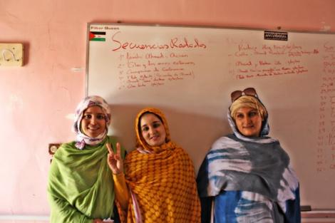 Tres de las jóvenes que participan en la escuela de cine. | Rafa Gassó