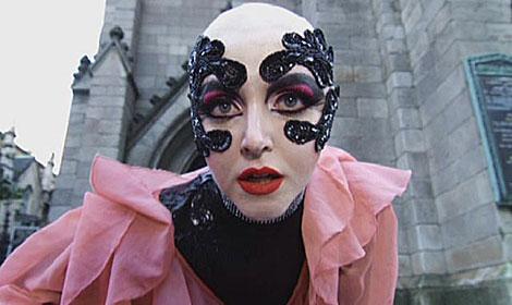 Irene Zoe de Alameda, la persona detrás de Amy Martin, en uno de sus videoclips.