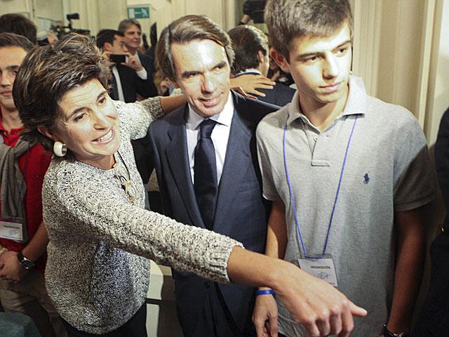El ex presidente José María Aznar, junto a la ex líder del PP vasco María San Gil.   Araba Press
