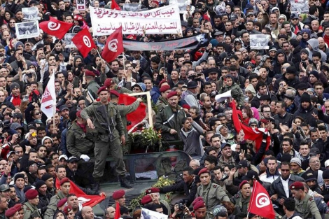 Opositores tunecinos durante una manifestación.   Reuters