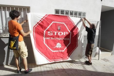 Dos activistas de la PAH tras ocupar el edificio. | Reuters