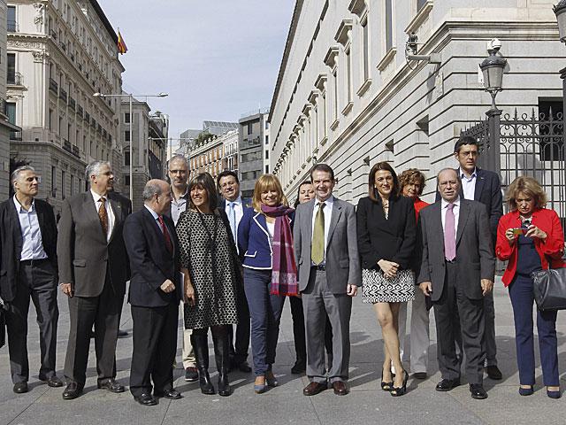 Elena Valenciano posa con alcaldes contra la reforma local. | @PSOE