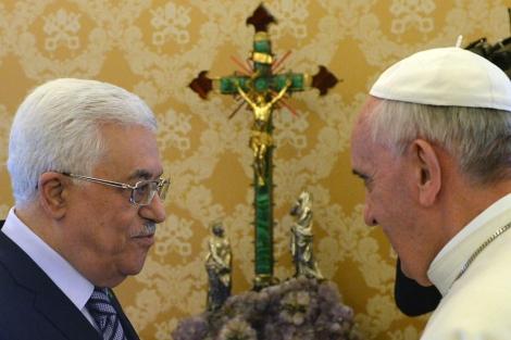 El Papa conversa con el presidente palestino, Abu Mazen, en el Vaticano. | Efe