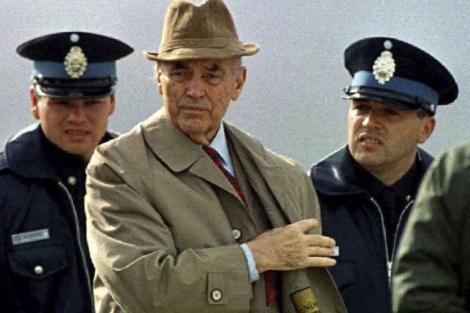 El criminal de guerra y oficial nazi Erich Priebke, durante su arresto en 1995.   Reuters
