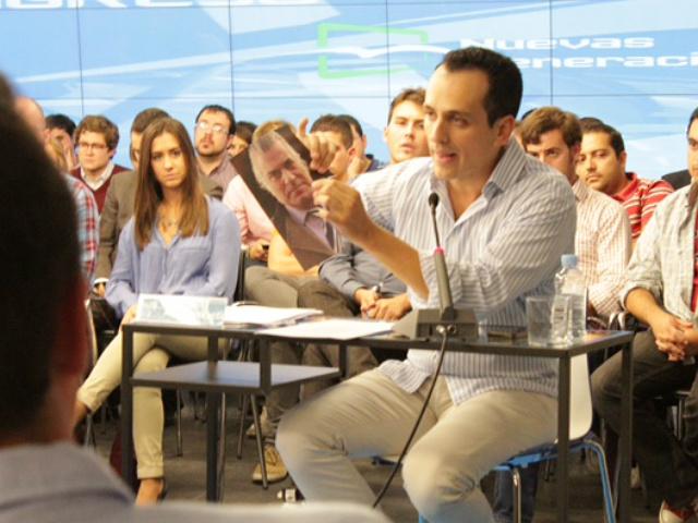 El candidato rompiendo la foto de Bárcenas. | J. G. N.