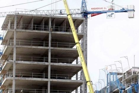 Imagen de archivo de varios edificios de pisos en construcción. | EM