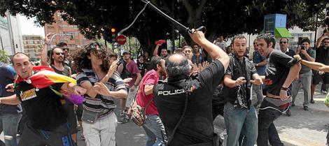 Disturbios durante la inaguración del AVE en Alicante.   Efe